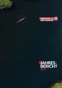 """Deckblatt des Jahresberichts 2019 vom Trägerverein Drudel 11. Zu sehen ist ein breiter Fluss und darauf ein Ruderboot. Das Ruderboot sieht aus wie das Drudel-Logo. Außerdem steht das Motto oben rechts: """"Drudel 11 / Bleibt in Bewegung"""". Unten rechts steht """"Jahresbericht 2019""""."""